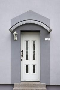 Un auvent de porte, pour une maison accueillante et une entrée sécurisante